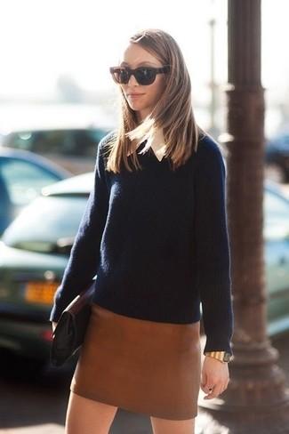 Wie kombinieren: dunkelblauer Pullover mit einem Rundhalsausschnitt, weißes Businesshemd, brauner Leder Minirock, schwarze Leder Clutch