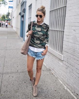 Olivgrünen Pullover mit einem Rundhalsausschnitt kombinieren – 42 Damen Outfits: Probieren Sie die Kombi aus einem olivgrünen Pullover mit einem Rundhalsausschnitt und hellblauen Jeansshorts, umeinen legeren Look zu zaubern, der im Kleiderschrank der Frau auf keinen Fall fehlen darf. Graue Wildleder Stiefeletten sind eine gute Wahl, um dieses Outfit zu vervollständigen.