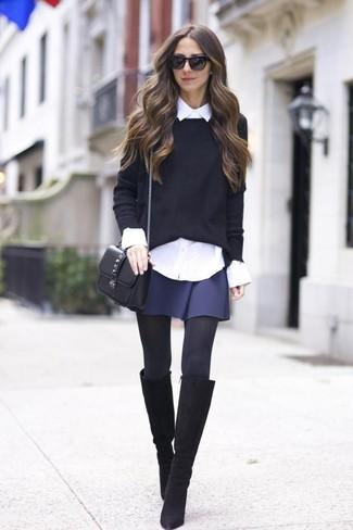 Wie kombinieren: schwarzer Pullover mit einem Rundhalsausschnitt, weißes Businesshemd, dunkelblauer Skaterrock, schwarze kniehohe Stiefel aus Wildleder