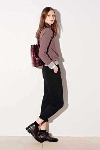 Wie kombinieren: dunkelroter Pullover mit einem Rundhalsausschnitt, schwarze Chinohose, dunkelrote Chukka-Stiefel aus Leder, dunkelroter Leder Rucksack