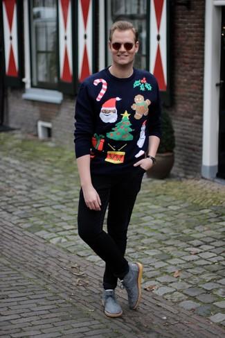 Wie kombinieren: dunkelblauer Pullover mit einem Rundhalsausschnitt mit Weihnachten Muster, schwarze Chinohose, graue Chukka-Stiefel aus Segeltuch, dunkelbraune Sonnenbrille