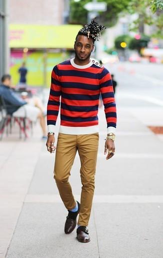 Wie kombinieren: weißer und roter und dunkelblauer horizontal gestreifter Pullover mit einem Rundhalsausschnitt, beige Chinohose, dunkelbraune Doppelmonks aus Leder, goldene Uhr