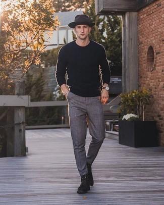 Schwarzen Pullover mit einem Rundhalsausschnitt kombinieren – 508+ Herren Outfits: Entscheiden Sie sich für einen schwarzen Pullover mit einem Rundhalsausschnitt und eine graue Chinohose mit Schottenmuster für einen bequemen Alltags-Look. Fühlen Sie sich ideenreich? Ergänzen Sie Ihr Outfit mit einer dunkelbraunen Wildlederfreizeitstiefeln.