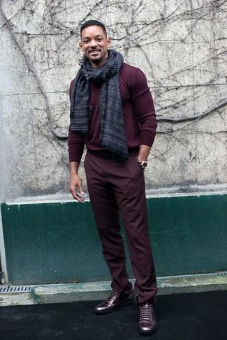 Wie kombinieren: dunkelroter Pullover mit einem Rundhalsausschnitt, dunkelrote Chinohose, dunkelrote hohe Sneakers aus Leder, dunkelgrauer horizontal gestreifter Schal