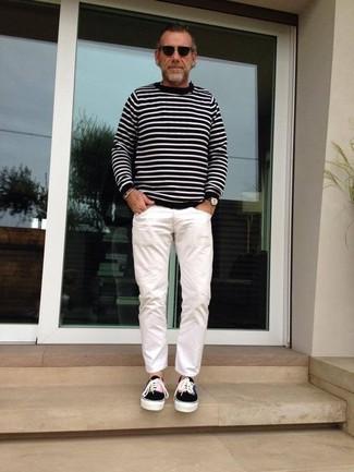 Wie kombinieren: schwarzer und weißer horizontal gestreifter Pullover mit einem Rundhalsausschnitt, weiße Chinohose, schwarze Segeltuch niedrige Sneakers, schwarze Sonnenbrille