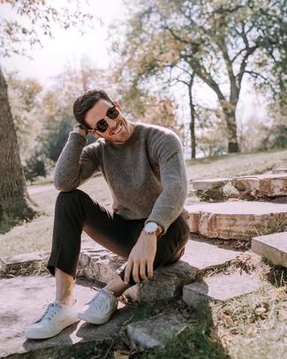 Wie kombinieren: dunkelbrauner Pullover mit einem Rundhalsausschnitt, schwarze Wollchinohose, weiße Leder niedrige Sneakers, schwarze Sonnenbrille