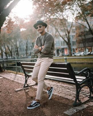 Wie kombinieren: grauer Pullover mit einem Rundhalsausschnitt, hellbeige Chinohose, schwarze und weiße Segeltuch niedrige Sneakers, schwarzer Wollhut