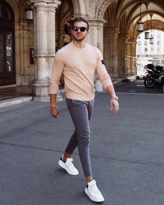 Wie kombinieren: hellbeige Pullover mit einem Rundhalsausschnitt, graue vertikal gestreifte Chinohose, weiße und schwarze Leder niedrige Sneakers, schwarze Sonnenbrille