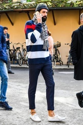 Dunkelblauen und weißen horizontal gestreiften Pullover mit einem Rundhalsausschnitt kombinieren: trends 2020: Erwägen Sie das Tragen von einem dunkelblauen und weißen horizontal gestreiften Pullover mit einem Rundhalsausschnitt und einer dunkelblauen vertikal gestreiften Chinohose für ein bequemes Outfit, das außerdem gut zusammen passt. Dieses Outfit passt hervorragend zusammen mit weißen Segeltuch niedrigen Sneakers.