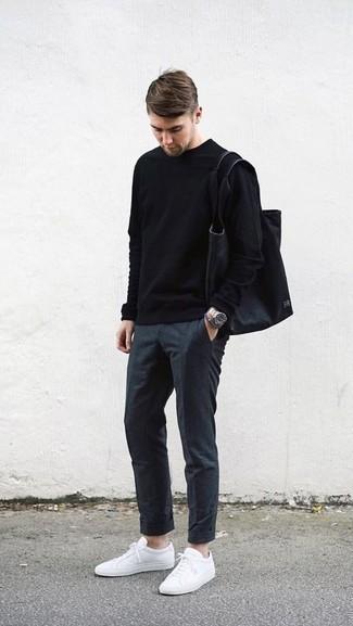 Niedrige Sneakers kombinieren: trends 2020: Entscheiden Sie sich für einen schwarzen Pullover mit einem Rundhalsausschnitt und eine dunkelgraue Chinohose für ein Alltagsoutfit, das Charakter und Persönlichkeit ausstrahlt. Wenn Sie nicht durch und durch formal auftreten möchten, wählen Sie niedrige Sneakers.