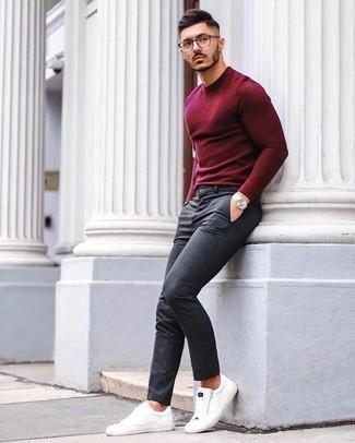 Silberne Uhr kombinieren – 500+ Herren Outfits: Für ein bequemes Couch-Outfit, kombinieren Sie einen dunkelroten Pullover mit einem Rundhalsausschnitt mit einer silbernen Uhr. Wählen Sie weiße Segeltuch niedrige Sneakers, um Ihr Modebewusstsein zu zeigen.