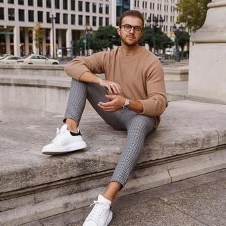 Silberne Uhr kombinieren – 500+ Herren Outfits: Für ein bequemes Couch-Outfit, kombinieren Sie einen beige Pullover mit einem Rundhalsausschnitt mit einer silbernen Uhr. Machen Sie Ihr Outfit mit weißen und schwarzen Leder niedrigen Sneakers eleganter.