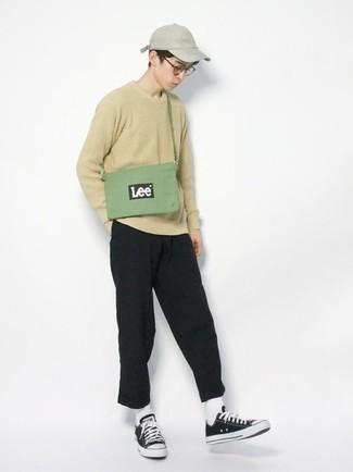 Teenager: Transparente Sonnenbrille kombinieren – 155 Herren Outfits: Kombinieren Sie einen hellbeige Pullover mit einem Rundhalsausschnitt mit einer transparenten Sonnenbrille für einen entspannten Wochenend-Look. Fühlen Sie sich ideenreich? Vervollständigen Sie Ihr Outfit mit schwarzen und weißen Segeltuch niedrigen Sneakers.