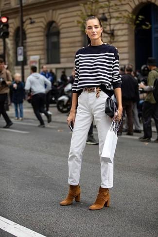 Wie kombinieren: schwarzer und weißer horizontal gestreifter Pullover mit einem Rundhalsausschnitt, weiße Chinohose, rotbraune Wildleder Stiefeletten, schwarze Leder Umhängetasche