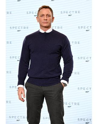 47d2c8b8ae14 Herrenmode › Herrenmode der 40er Jahre Tragen Sie einen dunkelblauen  Pullover mit einem Rundhalsausschnitt und eine dunkelgraue Anzughose für  einen ...