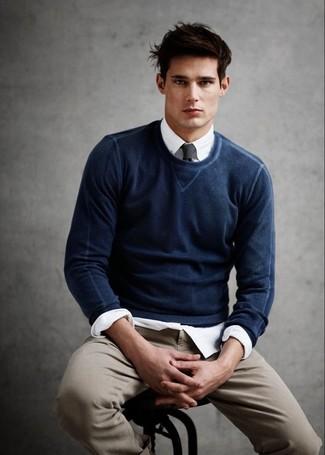 fd1f75b726b7 Herrenmode › Herrenmode der 30er Jahre Kombinieren Sie einen dunkelblauen  Pullover mit einem Rundhalsausschnitt mit einer beige Chinohose für einen  bequemen ...