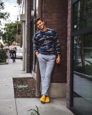 Wie kombinieren: dunkelblauer Camouflage Pullover mit einem Rundhalsausschnitt, graue Chinohose, gelbe Wildleder Slipper, dunkelbraune Lederuhr