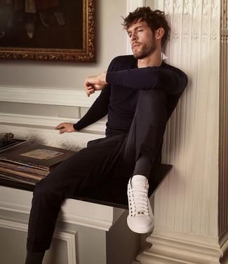 Wie kombinieren: dunkelblauer Pullover mit einem Rundhalsausschnitt, schwarze Chinohose, weiße Leder niedrige Sneakers, schwarze Socken