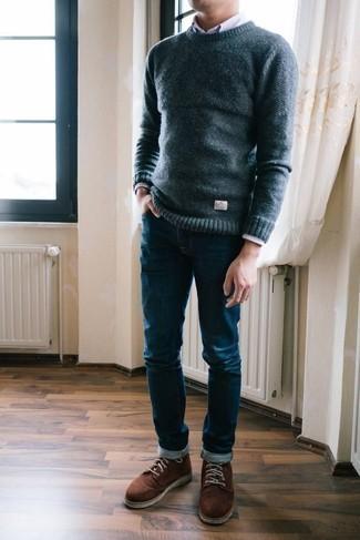 Braune Wildlederfreizeitstiefel kombinieren – 186 Herren Outfits: Die Vielseitigkeit von einem dunkelblauen Pullover mit einem Rundhalsausschnitt und dunkelblauen Jeans machen sie zu einer lohnenswerten Investition. Setzen Sie bei den Schuhen auf die klassische Variante mit einer braunen Wildlederfreizeitstiefeln.
