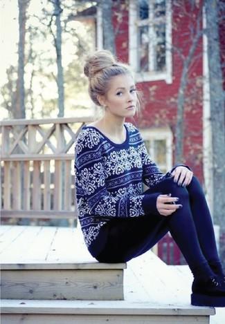 Wie kombinieren: dunkelblauer Pullover mit einem Rundhalsausschnitt mit Fair Isle-Muster, dunkelblaue Leggings, schwarze Chelsea-Stiefel aus Wildleder, schwarze Socke