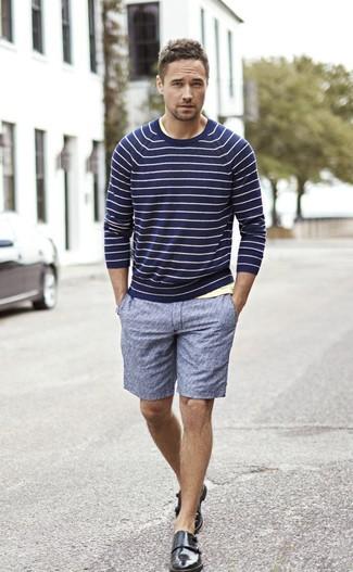 Wie kombinieren: dunkelblauer horizontal gestreifter Pullover mit einem Rundhalsausschnitt, gelbes T-Shirt mit einem Rundhalsausschnitt, blaue Shorts, schwarze Doppelmonks aus Leder