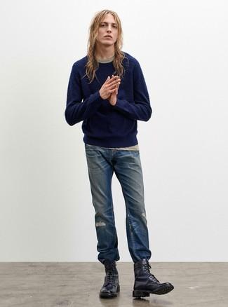 Wie kombinieren: dunkelblauer Pullover mit einem Rundhalsausschnitt, hellbeige T-Shirt mit einem Rundhalsausschnitt, blaue Jeans mit Destroyed-Effekten, dunkelblaue Lederfreizeitstiefel