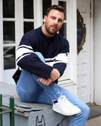 Wie kombinieren: dunkelblauer und weißer horizontal gestreifter Pullover mit einem Rundhalsausschnitt, hellblaue enge Jeans, weiße Leder niedrige Sneakers, schwarze Socken