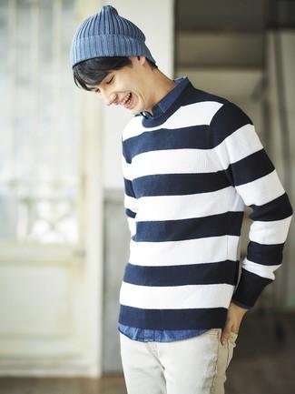 Wie kombinieren: dunkelblauer und weißer horizontal gestreifter Pullover mit einem Rundhalsausschnitt, blaues Chambray Langarmhemd, weiße Jeans, blaue Mütze