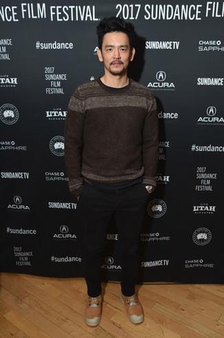 Wie kombinieren: dunkelbrauner Pullover mit einem Rundhalsausschnitt, schwarze Chinohose, orange niedrige Sneakers, silberne Uhr