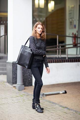 Grauen Pullover mit einem Rundhalsausschnitt kombinieren – 499 Damen Outfits: Probieren Sie die Kombination aus einem grauen Pullover mit einem Rundhalsausschnitt und schwarzen engen Jeans, um ein super entspanntes, aber dennoch schickes Outfit zu kreieren. Fühlen Sie sich mutig? Wählen Sie schwarzen verzierten flache Stiefel mit einer Schnürung aus Leder.