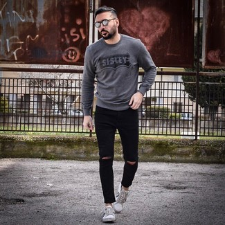 Wie kombinieren: dunkelgrauer bedruckter Pullover mit einem Rundhalsausschnitt, schwarze enge Jeans mit Destroyed-Effekten, weiße und schwarze niedrige Sneakers, graue Sonnenbrille