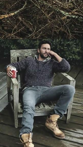 Dunkelgrauen Pullover mit einem Rundhalsausschnitt kombinieren: trends 2020: Vereinigen Sie einen dunkelgrauen Pullover mit einem Rundhalsausschnitt mit grauen Jeans für ein sonntägliches Mittagessen mit Freunden. Heben Sie dieses Ensemble mit einer beige Wildlederfreizeitstiefeln hervor.