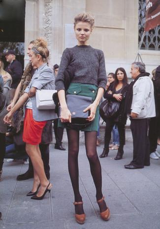 Grauen Pullover mit einem Rundhalsausschnitt kombinieren – 499 Damen Outfits: Um einen geradlinigen aber modischen Casual-Look zu erreichen, erwägen Sie das Tragen von einem grauen Pullover mit einem Rundhalsausschnitt und einem dunkelgrünen Minirock. Braune Leder Pumps sind eine ideale Wahl, um dieses Outfit zu vervollständigen.