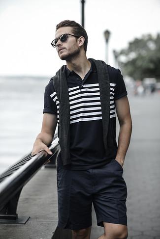 Dunkelgrauen Pullover mit einem Rundhalsausschnitt kombinieren für Sommer: trends 2020: Die Paarung aus einem dunkelgrauen Pullover mit einem Rundhalsausschnitt und schwarzen Shorts ist eine komfortable Wahl, um Besorgungen in der Stadt zu erledigen. Was für eine super Sommer-Look Idee!