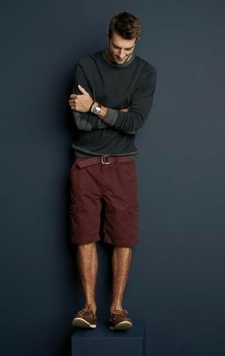 Dunkelgrauen Pullover mit einem Rundhalsausschnitt kombinieren für Sommer: trends 2020: Vereinigen Sie einen dunkelgrauen Pullover mit einem Rundhalsausschnitt mit dunkelroten Shorts, um einen lockeren, aber dennoch stylischen Look zu erhalten. Dieses Outfit passt hervorragend zusammen mit braunen Leder Bootsschuhen. Dieser Look ist super für den Sommer geeignet.