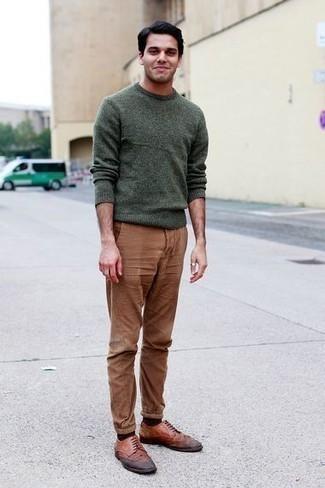 Dunkelgrünen Pullover mit einem Rundhalsausschnitt kombinieren – 154 Herren Outfits: Kombinieren Sie einen dunkelgrünen Pullover mit einem Rundhalsausschnitt mit einer braunen Chinohose für ein großartiges Wochenend-Outfit. Braune Leder Brogues putzen umgehend selbst den bequemsten Look heraus.