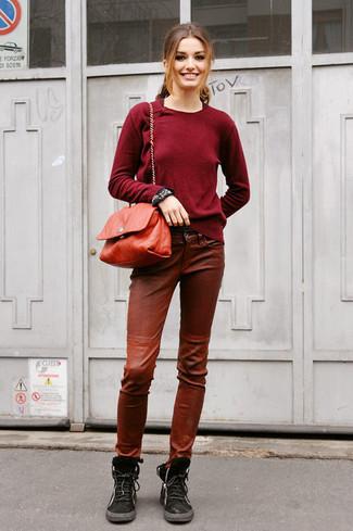 Wie kombinieren: dunkelroter Pullover mit einem Rundhalsausschnitt, braune enge Hose aus Leder, schwarze flache Stiefel mit einer Schnürung aus Wildleder, rote Leder Umhängetasche