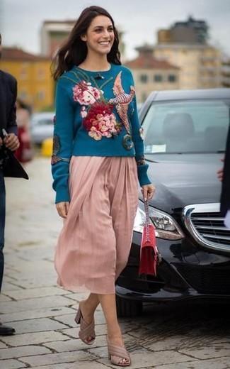 Wie kombinieren: dunkeltürkiser bestickter Pullover mit einem Rundhalsausschnitt, rosa Falten Midirock, hellbeige Leder Pantoletten, rote Wildleder Umhängetasche
