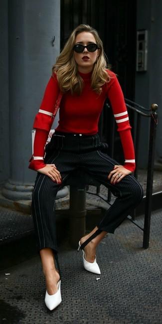 Wie kombinieren: roter Pullover mit einem Rundhalsausschnitt, schwarze vertikal gestreifte enge Hose, weiße Leder Pantoletten, rote Leder Umhängetasche