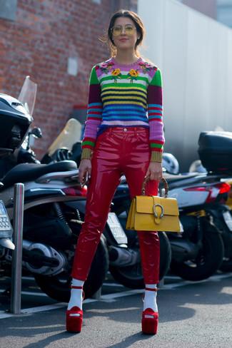 Wie kombinieren: mehrfarbiger horizontal gestreifter Pullover mit einem Rundhalsausschnitt, rote enge Hose aus Leder, rote Wildleder Sandaletten, gelbe Satchel-Tasche aus Leder