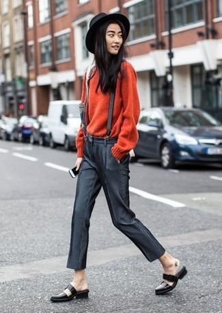 Hosenträger kombinieren: trends 2020: Um ein schönes Alltags-Outfit zu erreichen, kombinieren Sie einen roten Pullover mit einem Rundhalsausschnitt mit einem Hosenträger. Ergänzen Sie Ihr Outfit mit schwarzen Leder Slippern, um Ihr Modebewusstsein zu zeigen.