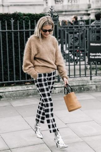 Wie kombinieren: beige Mohair Pullover mit einem Rundhalsausschnitt, schwarze und weiße enge Hose mit Karomuster, silberne Leder Stiefeletten, beige Leder Clutch