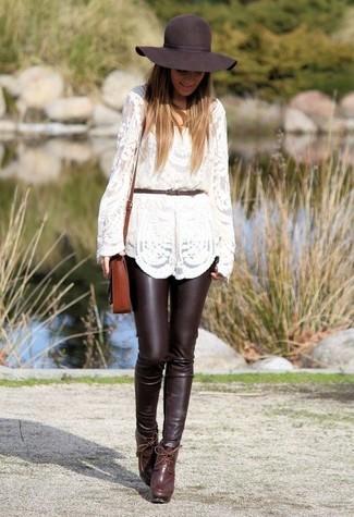Wie kombinieren: weißer Spitze Pullover mit einem Rundhalsausschnitt, dunkelbraune enge Hose aus Leder, dunkelrote Leder Stiefeletten, braune Leder Umhängetasche