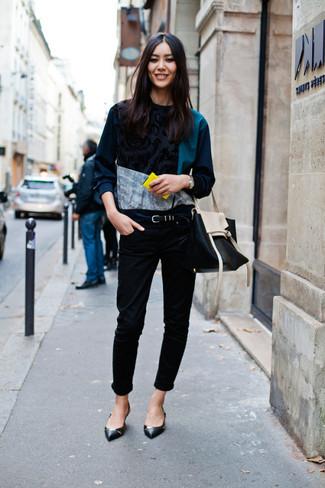 Dunkelgrünen bedruckten Pullover mit einem Rundhalsausschnitt kombinieren – 5 Damen Outfits: Möchten Sie einen stilvollen Alltags-Look erreichen, ist die Kombination aus einem dunkelgrünen bedruckten Pullover mit einem Rundhalsausschnitt und schwarzen engen Jeans ganz hervorragend. Schwarze Leder Ballerinas sind eine kluge Wahl, um dieses Outfit zu vervollständigen.