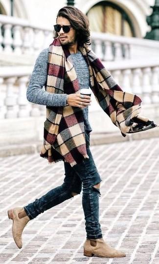 Wie kombinieren: grauer Pullover mit einem Rundhalsausschnitt, dunkelblaue enge Jeans mit Destroyed-Effekten, hellbeige Chelsea-Stiefel aus Wildleder, mehrfarbiger Schal mit Schottenmuster
