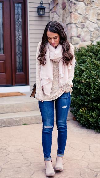 Wie kombinieren: hellbeige Pullover mit einem Rundhalsausschnitt, blaue enge Jeans mit Destroyed-Effekten, graue Chelsea-Stiefel aus Wildleder, braune Leder Umhängetasche