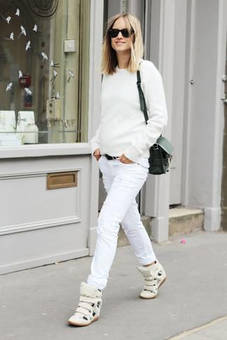 Wie kombinieren: weißer Pullover mit einem Rundhalsausschnitt, weiße enge Jeans mit Destroyed-Effekten, weiße hohe Sneakers aus Leder, schwarze Leder Umhängetasche