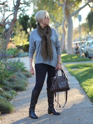 50 Jährige: Grauen Pullover mit einem Rundhalsausschnitt kombinieren – 7 Damen Outfits: Probieren Sie diese Paarung aus einem grauen Pullover mit einem Rundhalsausschnitt und dunkelblauen engen Jeans für ein bequemes Outfit. Fühlen Sie sich ideenreich? Ergänzen Sie Ihr Outfit mit schwarzen kniehohe Stiefeln aus Leder.