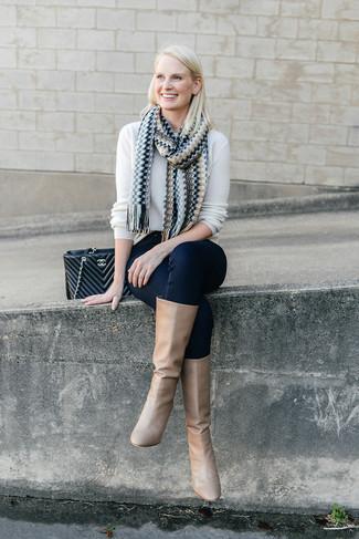 Weißen Pullover mit einem Rundhalsausschnitt kombinieren: trends 2020: Ein weißer Pullover mit einem Rundhalsausschnitt und dunkelblaue enge Jeans sind Casual-Must-Haves, die Ihrer Garderobe mühelossen Stil verleihen. Fühlen Sie sich mutig? Entscheiden Sie sich für beige kniehohe Stiefel aus Leder.