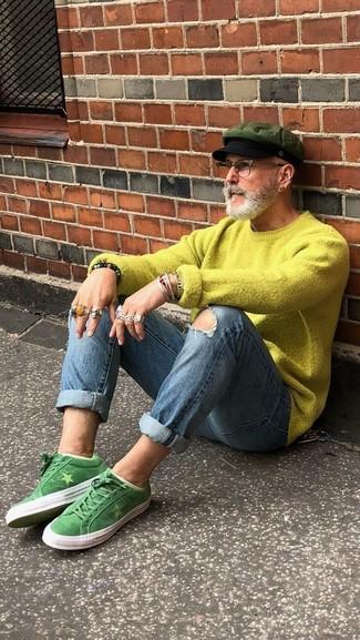 Wie kombinieren: gelbgrüner Pullover mit einem Rundhalsausschnitt, blaue enge Jeans mit Destroyed-Effekten, grüne Wildleder niedrige Sneakers, olivgrüne Schiebermütze